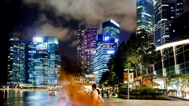 Fußgänger reisen auf moderne Geschäftsstraße in Singapur bei Nacht, hyper Zeitraffer.