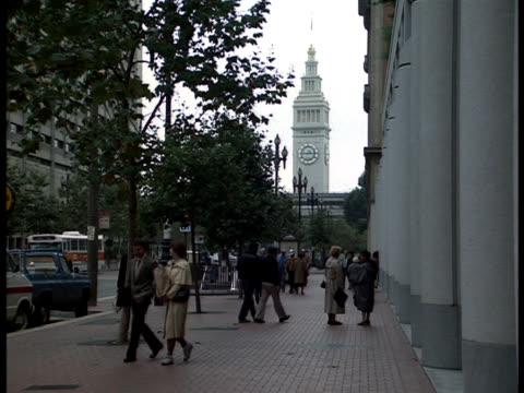 vídeos y material grabado en eventos de stock de pedestrian walk on a san francisco, business-district street. - hombres de mediana edad