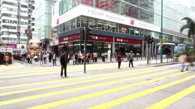 Pedoni Camminare sulla strada commerciale moderno, il time-lapse.