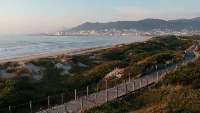vídeos y material grabado en eventos de stock de pedestrian walkway on praia da duna do caldeirão 4 - portugal