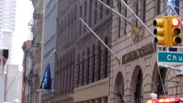 vídeos de stock e filmes b-roll de pedestrian was killed and three people were injured friday when a huge construction crane collapsed in lower manhattan as workers were trying to... - amarrotado