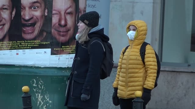 vidéos et rushes de pedestrian wearing an anti-smog mask is seen in warsaw, poland on march 14, 2020. poland is closing it's borders to foreigners starting sunday. the... - varsovie