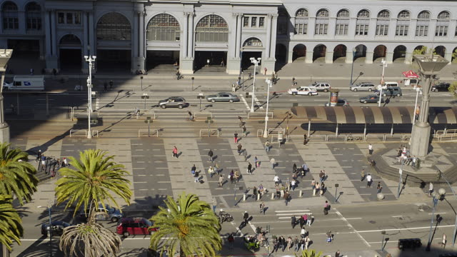 T/L WS HA ZO Pedestrians and traffic along Embarcadero, San Francisco Ferry Building in background / San Francisco, California, USA