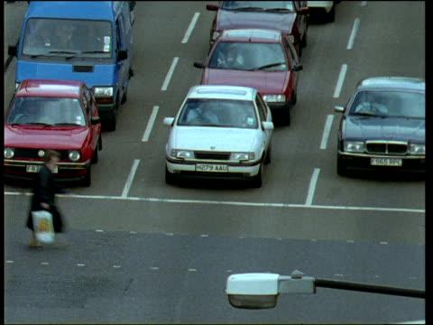 vídeos de stock e filmes b-roll de pedestrians and traffic at busy london road junction - 1995
