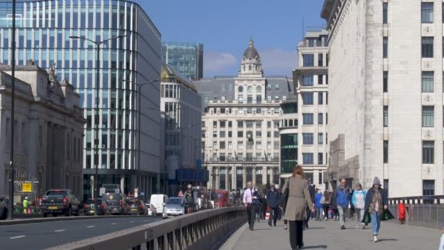 vidéos et rushes de pedestrians and traffic crossing london bridge - london bridge angleterre