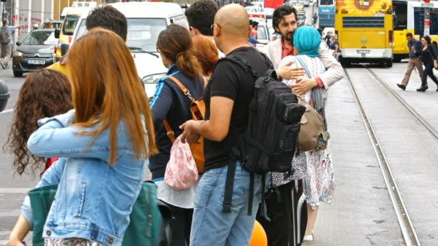 vídeos y material grabado en eventos de stock de 4 k: peatones y el tráfico en kadikoy, turquía - paso de cebra