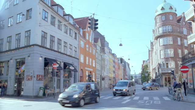 stockvideo's en b-roll-footage met pedestrians and traffic move through an intersection in copenhagen, denmark. - rijwiel