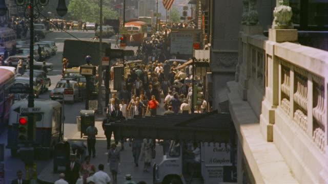 vídeos de stock e filmes b-roll de 1958 ha ws pedestrians and traffic on 42nd street / manhattan, new york - 1958
