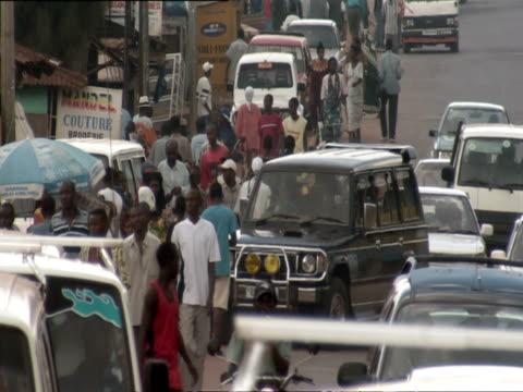 ms pedestrians and traffic on crowded street in retail section of nyamirambo / nyamirambo, kigali, rwanda - キガリ点の映像素材/bロール