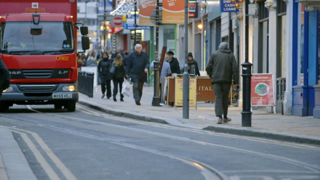 ws pedestrians and traffic on croydon high street in croydon / london, england, united kingdom - ロンドン クロイドン点の映像素材/bロール