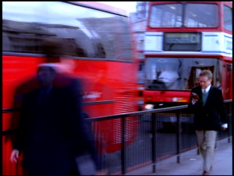 pedestrians and traffic on london bridge with blurred effect, london - traffic点の映像素材/bロール