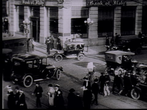 stockvideo's en b-roll-footage met ha, ws, b/w, pedestrians and traffic on road intersection - 1915