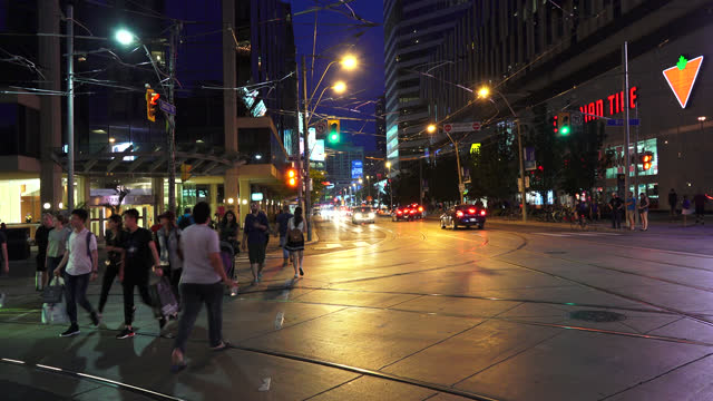 vidéos et rushes de pedestrians at night in the intersection of bay street and dundas street in the downtown district seen on july 22, 2017; in toronto, ontario, canada.... - panneau d'entrée