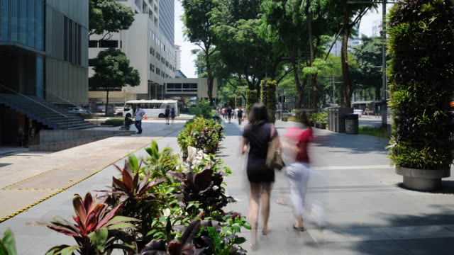 stockvideo's en b-roll-footage met pedestrians at orchard road - dubbeldekker bus