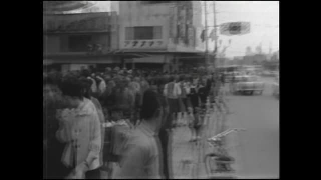 Pedestrians bustle past Kaminarimon.