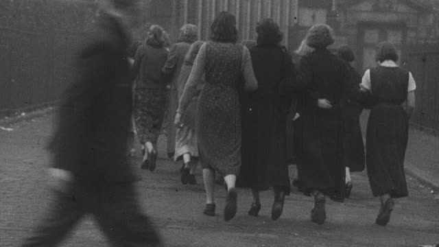 1939 montage pedestrians, commuters, workers walking through various parts of a city / united kingdom - 1939 stock-videos und b-roll-filmmaterial