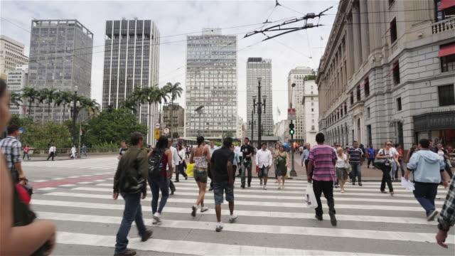 ms pedestrians cross a busy street in anhangabau, downtown sao paulo / sao paulo, brazil - 横断する点の映像素材/bロール