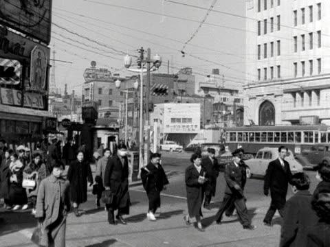pedestrians cross a road in tokyo 1954 - 1950~1959年点の映像素材/bロール