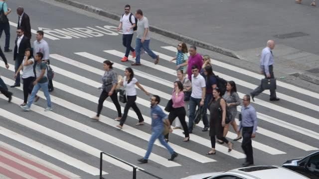 vídeos de stock, filmes e b-roll de ls pedestrians cross avenida paulista / sao paulo, brazil - passagem de pedestres