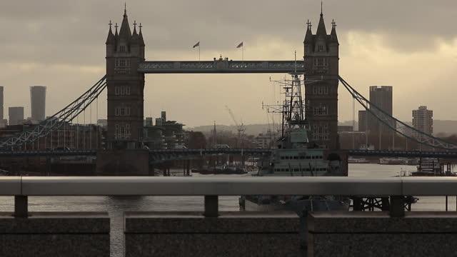 pedestrians crossing a bridge ahead of a national u.k. lockdown , tower bridge in background in london, uk. on monday, november 2, 2020. the three... - 跳開橋点の映像素材/bロール