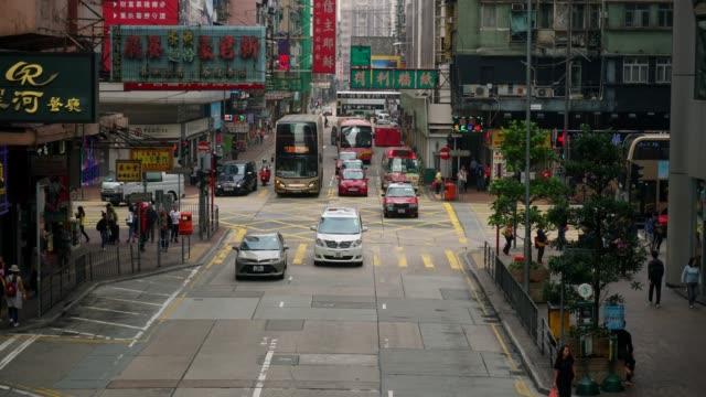 Fußgänger Überqueren einer geschäftigen Zebrastreifen in Hong Kong Stadt.