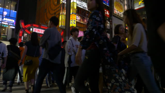 pedestrians crossing a city street in tokyo, japan. - (war or terrorism or election or government or illness or news event or speech or politics or politician or conflict or military or extreme weather or business or economy) and not usa点の映像素材/bロール