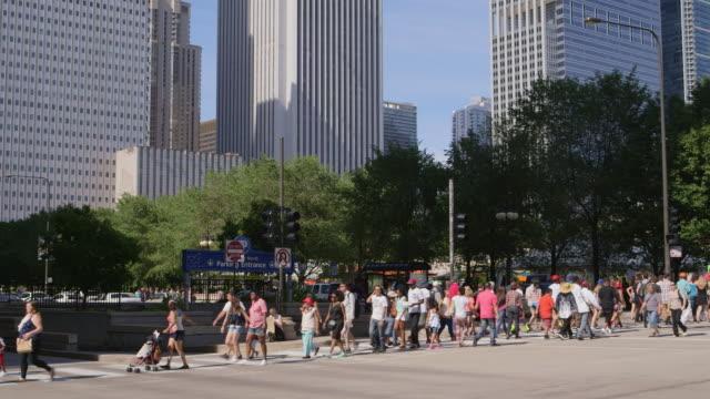 vídeos y material grabado en eventos de stock de ws pedestrians crossing at intersection downtown - paso de cebra