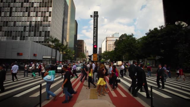 vídeos de stock, filmes e b-roll de pedestrians crossing paulista avenue - hora do rush