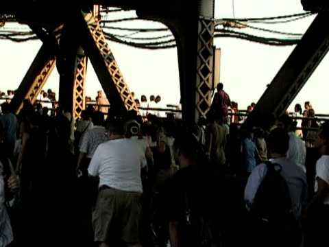 pedestrians crossing queensboro bridge during citywide blackout on august 14 2003 / new york new york usa / audio - 2003 bildbanksvideor och videomaterial från bakom kulisserna