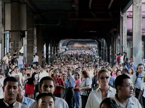 pedestrians crossing queensboro bridge during citywide blackout on august 14 2003 / new york new york usa / audio - 2003年点の映像素材/bロール