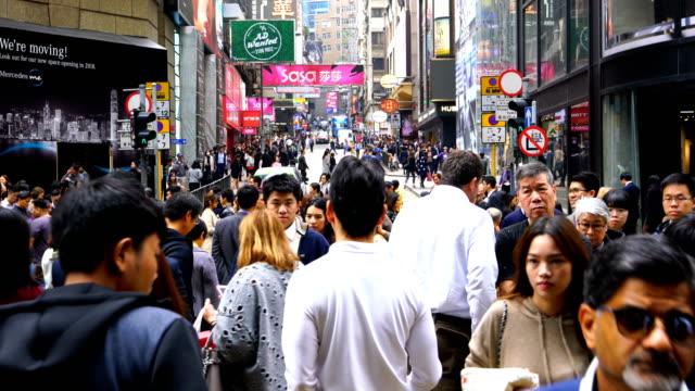 stockvideo's en b-roll-footage met voetgangers oversteken van de straat in het centrum van hong kong - hong kong