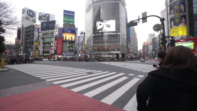 渋谷の交差点で通りを横断歩行者