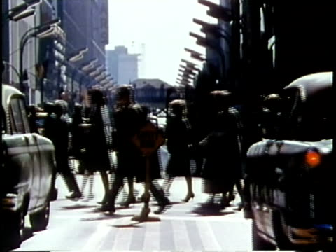 1963 ws pedestrians crossing street / chicago, united states / audio - chicago illinois stock-videos und b-roll-filmmaterial