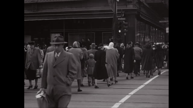 vidéos et rushes de ws pedestrians crossing street / detroit, michigan. united states - michigan