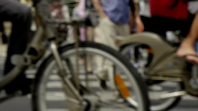vidéos et rushes de rue de traversée de piétons - trottoir