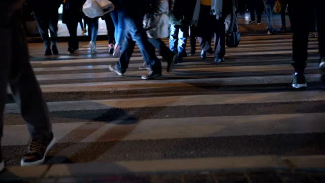 vídeos y material grabado en eventos de stock de peatones cruzando la calle - paso de cebra