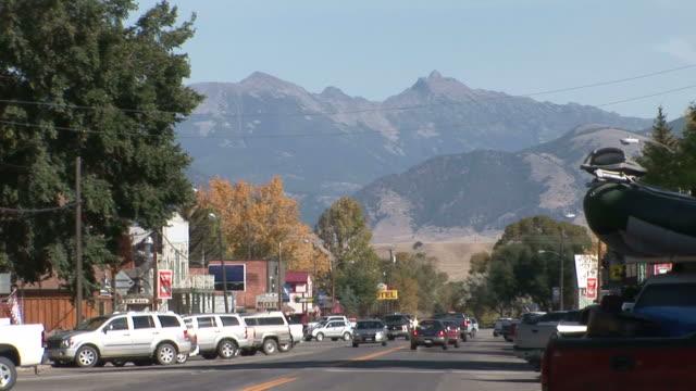 vídeos y material grabado en eventos de stock de pedestrians crossing the street in a small town / montana, united states - formato buzón