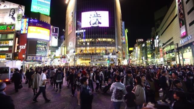 vídeos y material grabado en eventos de stock de cruce de peatones en el distrito de shibuya en tokio - distrito de shibuya