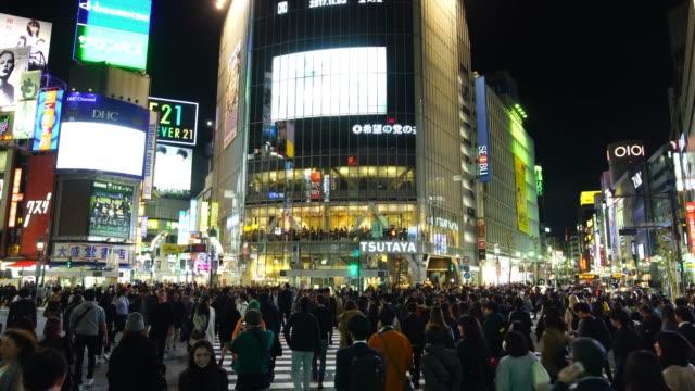 vídeos y material grabado en eventos de stock de cruce de peatones en el distrito de shibuya en tokio - cuadrado composición