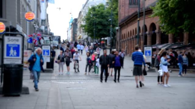 Voetgangers menigte een drukke straat in Oslo, Noorwegen