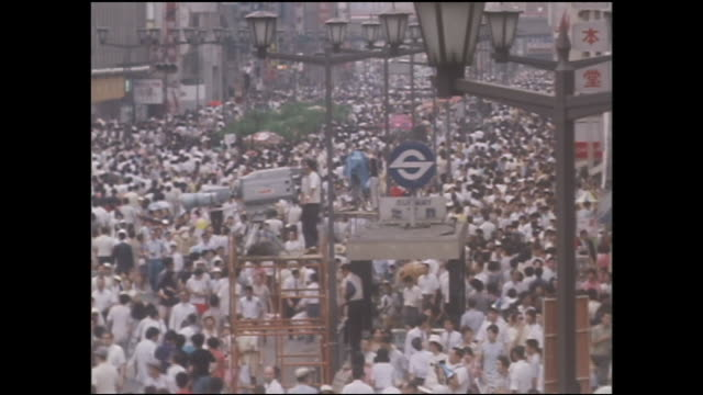 pedestrians crowd ginza street on the first day of the pedestrian paradise. - 1970~1979年点の映像素材/bロール