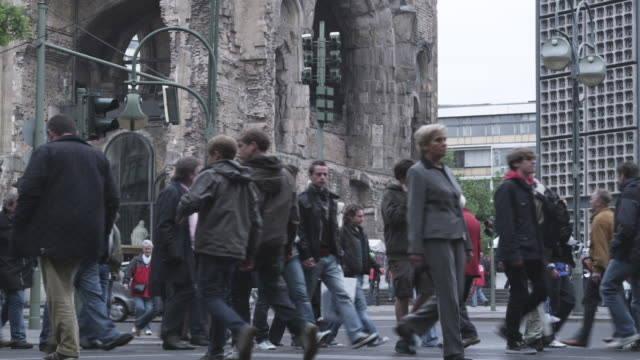 vídeos y material grabado en eventos de stock de ms pedestrians in front of kaiser wilhelm church / berlin, germany  - iglesia conmemorativa del emperador guillermo