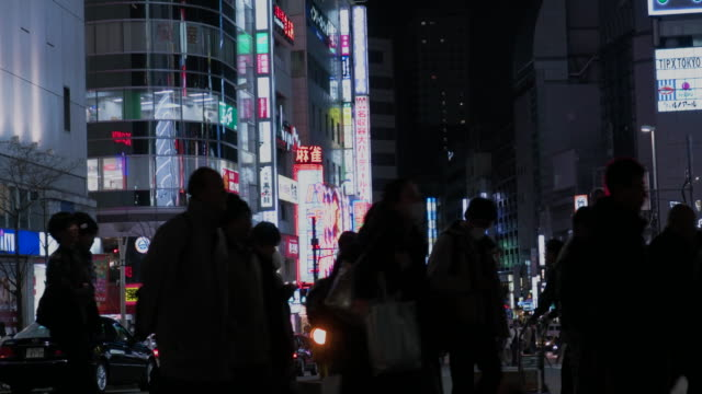 4k, pedestrians in shinjuku at night. - 商業地域点の映像素材/bロール