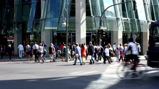 歩行者通りでのショッピング - 十字路点の映像素材/bロール