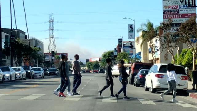 vídeos de stock e filmes b-roll de pedestrians look at the woolsey fire in the distance on ventura blvd in the san fernando valley - bulevar