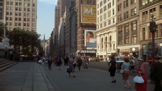 vídeos de stock e filmes b-roll de 1961 ws pedestrians on 5th ave, outside ny public library, new york city, new york, usa - 1961