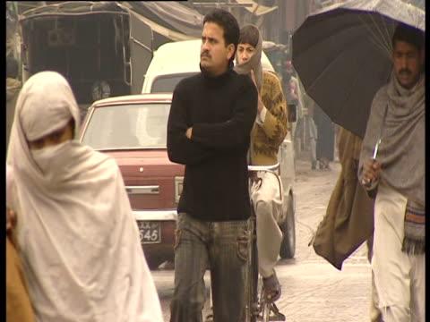 vídeos de stock, filmes e b-roll de pedestrians on busy street - vestimenta religiosa