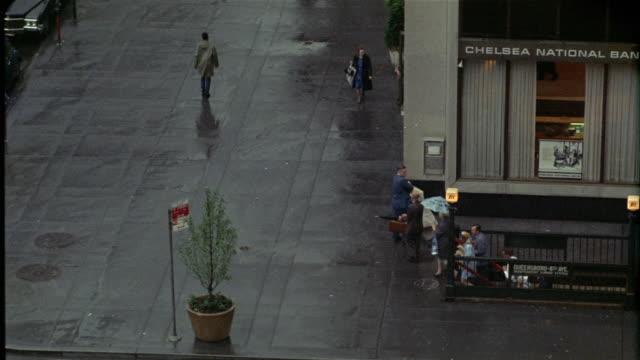 vídeos de stock, filmes e b-roll de 1969 ws ha pedestrians on rainy day, new york city, new york, usa - passagem subterrânea via pública