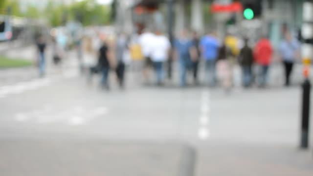 vídeos y material grabado en eventos de stock de peatones en el paso de cebra - señal de carretera