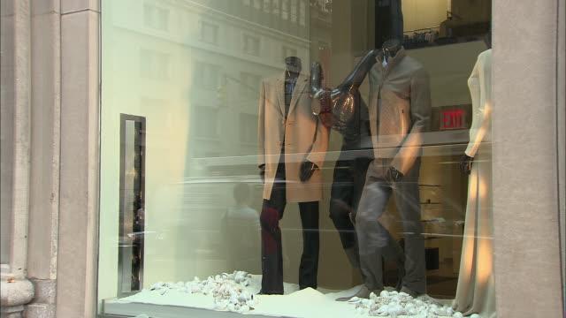 vídeos y material grabado en eventos de stock de ms, pedestrians passing by clothing store window display, new york city, new york, usa - vitrina